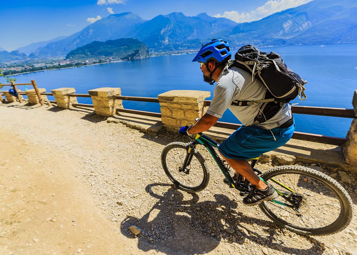 in mountain bike sul sentiero della Ponale