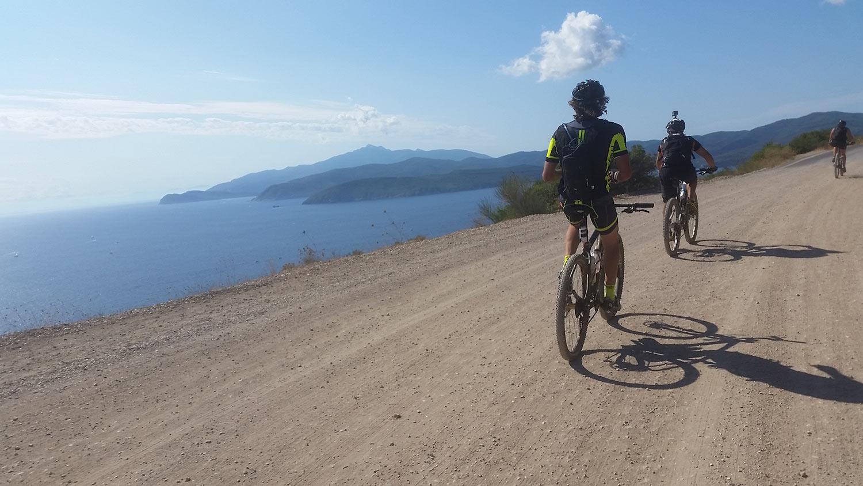 mountain bike lungo il mare